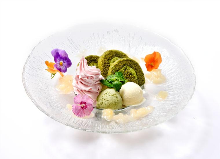 抹茶ロールケーキとアイスのプレート