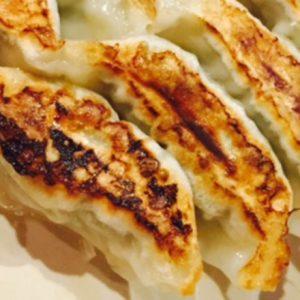 最高級の葱を贅沢に使用した、驚くほど上品な「寅ちゃん餃子」。