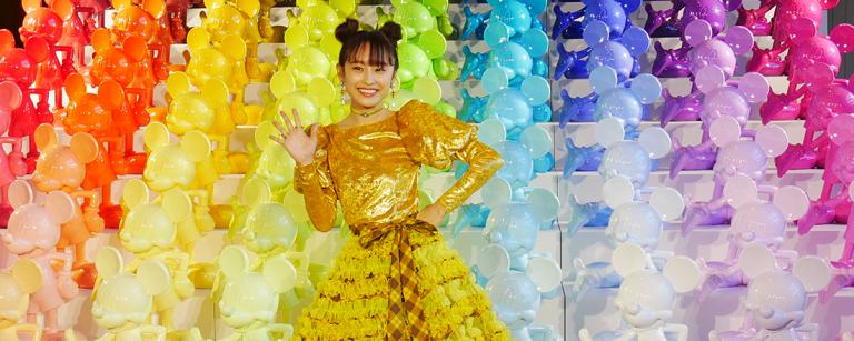 セレモニーに高橋愛さん登場!「ディズニー ミッキー 90周年 マジック オブ カラー」開催中!