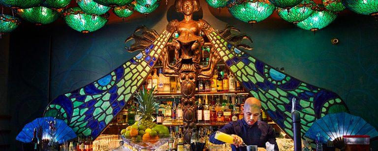 幻想的空間で話題!【香港】いま一番ホットな人気バー〈Dragonfly〉へ。