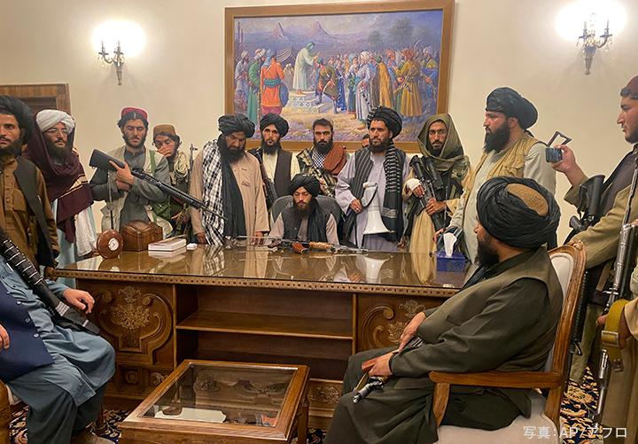ガニ大統領が国外脱出し、大統領府を掌握したタリバンの戦闘員たち (2021年8月15日)