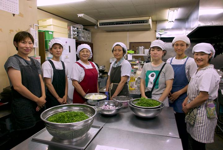 新生〈とまと〉の仲間たち。一番右が代表の遁所朋江さん。撮影:篠田有史
