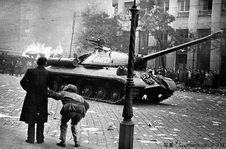 1956年、ハンガリー動乱。戦火に包まれたブタペスト市内を走るソ連軍の戦車。1956年、ハンガリー動乱。戦火に包まれたブタペスト市内を走るソ連軍の戦車