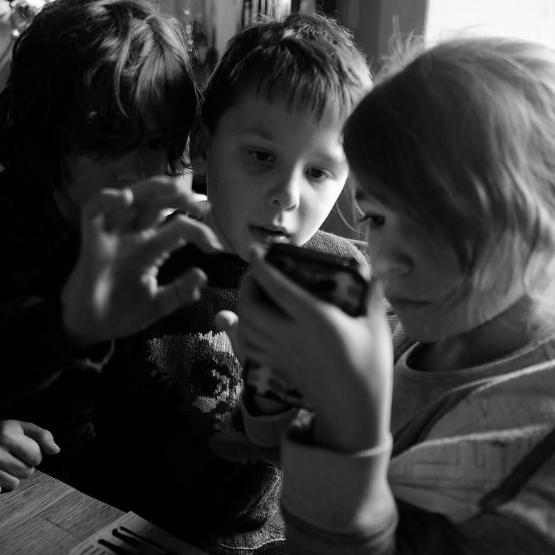 スマホは子どもの精神と脳の脅威、ならばどうする?