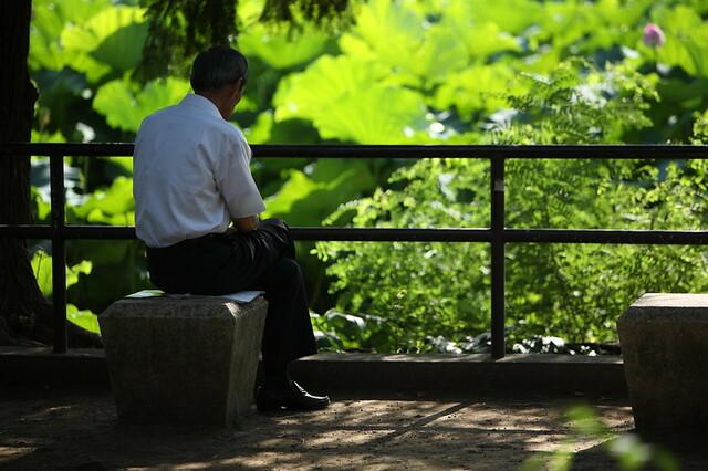70歳への雇用延長と、高齢期の幸福の関係。