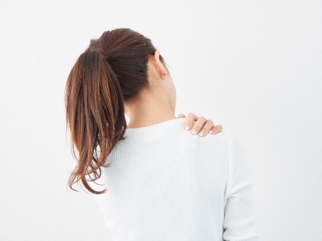 【薬剤師監修】肩こりに効く市販薬の選び方!貼り薬・塗り薬・飲み薬のおすすめ