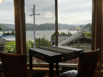 窓から由良湾を一望
