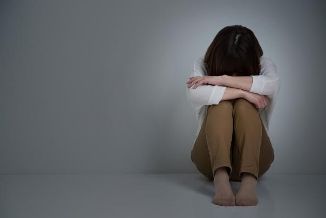 自律神経失調症で落ち込む女性