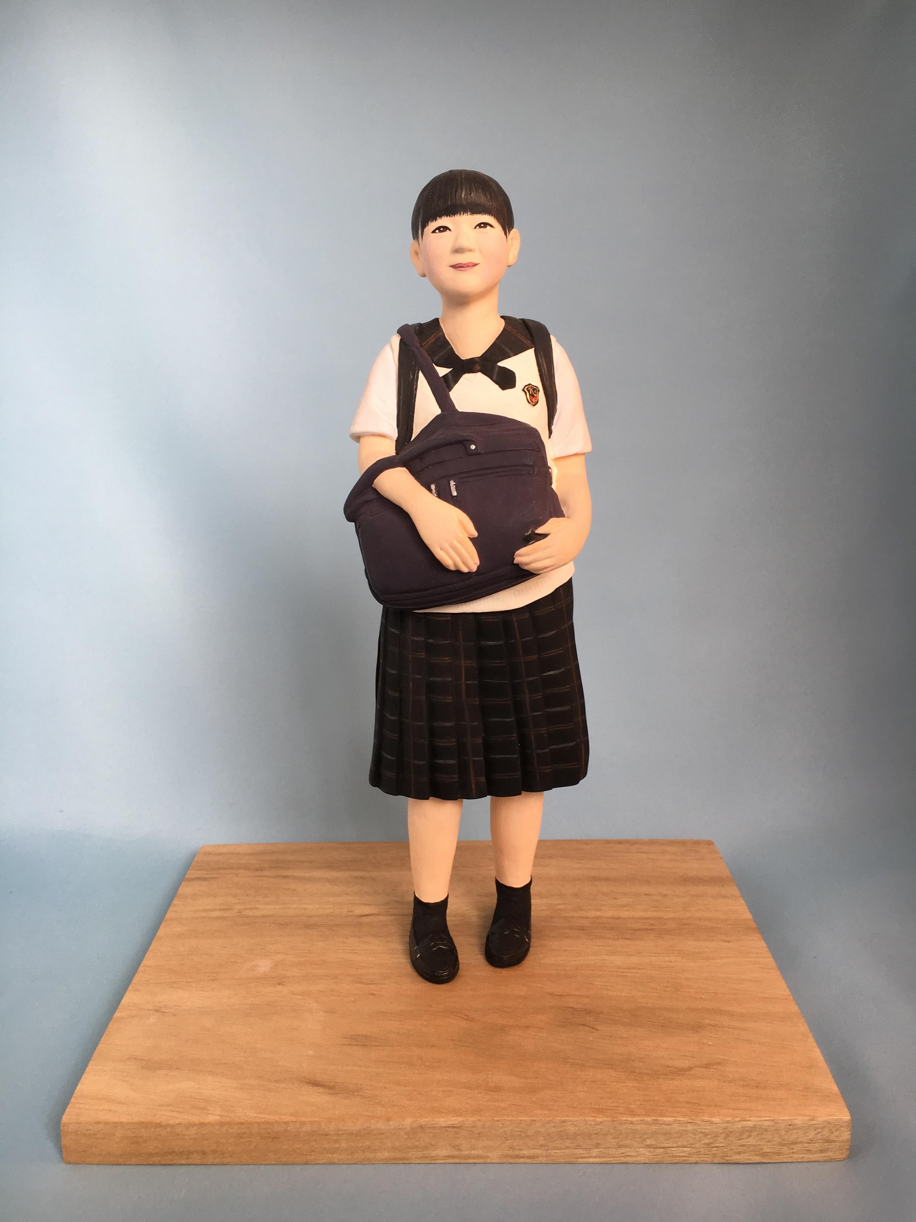 現在、難関国立大学現役合格を目標に設定している高校のクラスでは、この人形のように大きなバッグ、リュックサックが必要になるほど教材の量が多くなります。何かと変化の大きいこのご時世、これから先は学校の在り方や受験勉強の仕組みが大きく変わることもあるかも知れません。2020年前後の受験勉強に特化した高校生はこんなに沢山の教材を持って毎日登校していたという記録もかねて、その姿を作品にしてみました