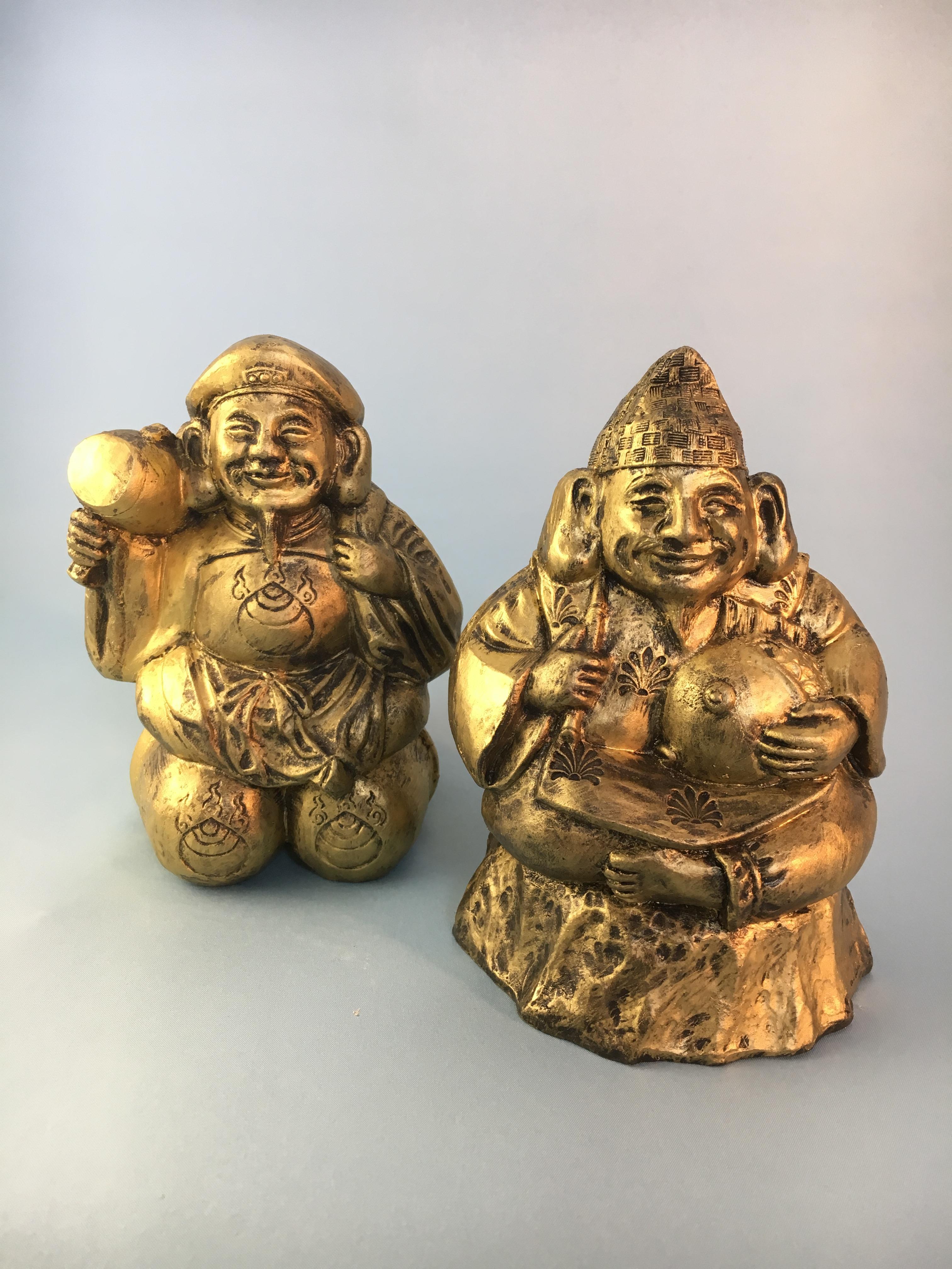 恵比寿様(えびすさま)は日本の神で、現在では七福神の一員として日本古来の唯一(その他はインドや中国由来)の福の神です。 古くから漁業の神でもあり、後に留守神、さらには商いの神ともされました。 夷、戎、胡、蛭子、蝦夷、恵比須、恵比寿、恵美須などとも表記し、えびっさん、えべっさん、おべっさんなどとも呼称されます。大黒様と恵比寿様は各々七福神の一柱ですが、寿老人と福禄寿が二柱で一組で信仰される事と同様に、一組で信仰されることが多いです。このことは大黒が五穀豊穣の農業の神である面と恵比寿が大漁追福の漁業の神である面に起因すると考えられています。また商業においても農産物や水産物は主力であったことから商売の神としても信仰されるようになっていきました。
