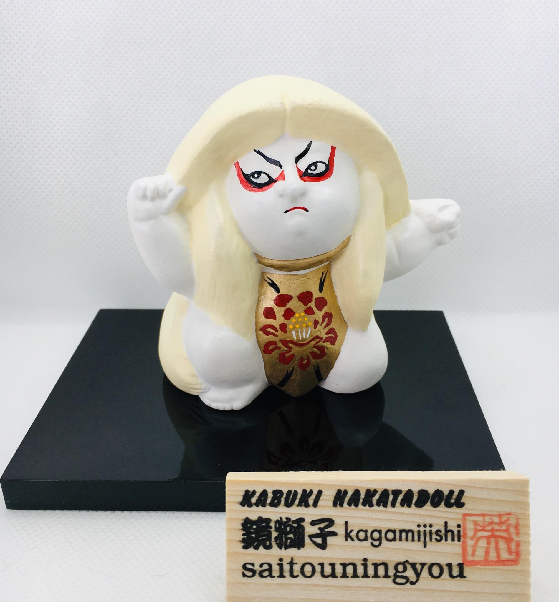 華やかな歌舞伎の代表作。鏡獅子を、わらべもの見立てで博多人形の技法を用いて作りました。別売りの鏡獅子(赤)と一緒に飾って頂きますと『連獅子』の世界観をお楽しみいただけます。   お部屋に華やかな彩りを施したい方におススメ致します。