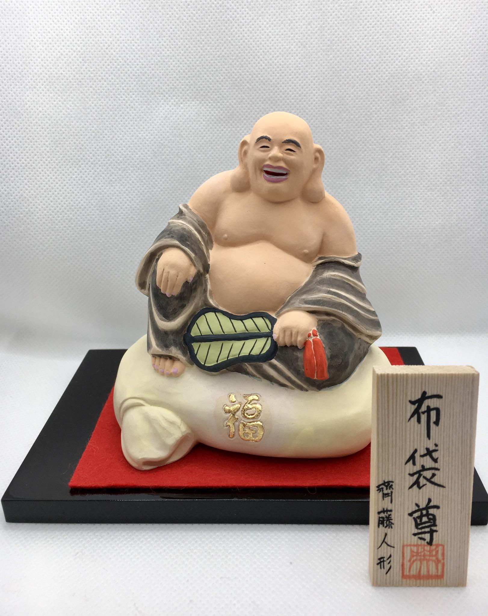 布袋尊は「ほていそん」と読み、七福神の1人として祀られている神様です。ご利益には無病息災や商売繁盛などがあるとされています。この布袋尊は、実際にいた僧侶がモデルとなっている珍しいケースとしても有名です。亡くなってからも多く目撃されたり、僧侶がいた場所だけ雪が積もらなかったりと、さまざまな逸話を残していることを受けて、崇拝されるようになりました。