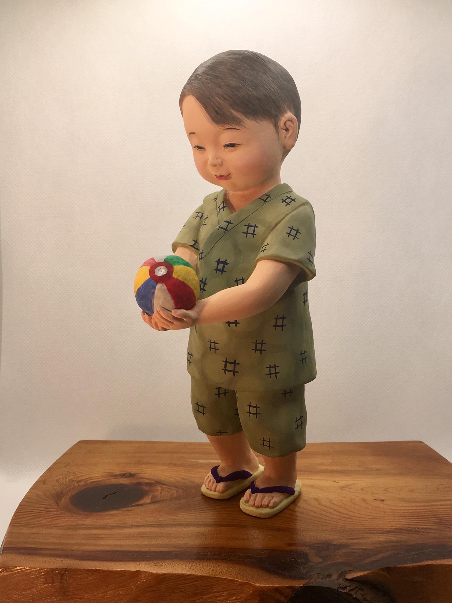 紙風船  非売品  幼い男児が嬉しそうに紙風船を手にしている様子を博多人形の手法を用いて私なりに表現してみました。昭和の時代をイメージして作成致しました。
