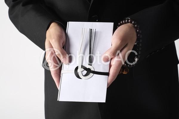 香典を持つ男性2の写真