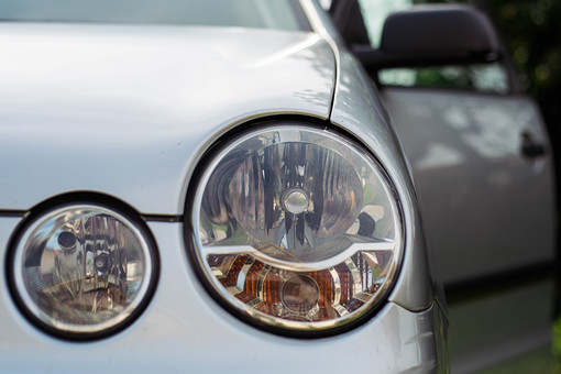 交通 乗物 乗り物 車 自動車 乗用車 運転 ドライブ お出かけ 趣味 レジャー 停車 駐車 屋外 外 郊外 車体 アップ フロント 正面 ライト ヘッドライト 銀色 シルバー 無人