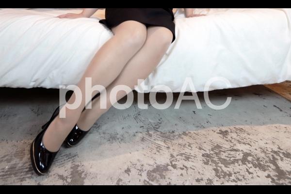 ハイヒールを履いて腰かける女性2の写真