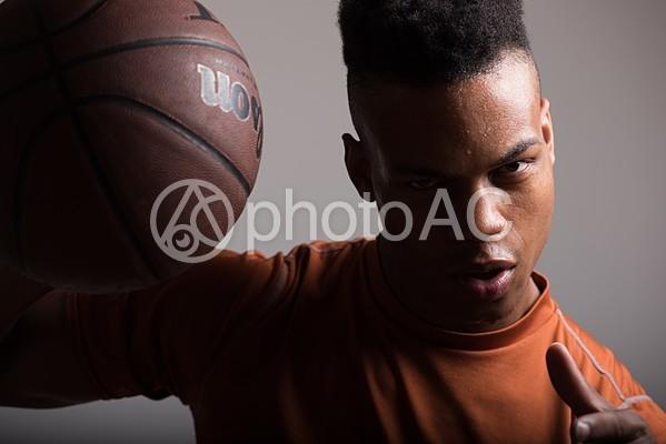 バスケットボールを持つ外国人54の写真