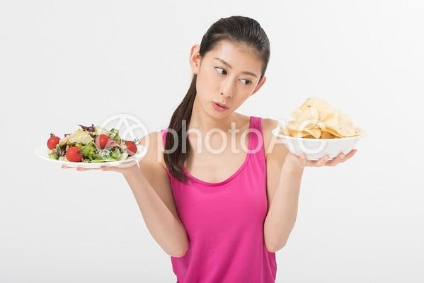 サラダとスナックを持つ女性2の写真