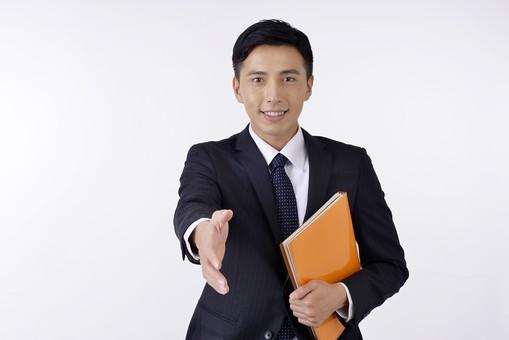日本人 男性 男 男子 Men スーツ 背広 仕事 Job 働く サラリーマン 就労 労働 勤労 勤務 ビジネス  業務 お仕事 会社 オフィス 事務所 書類 ファイル 資料 仕事道具 握手 差し出す 屋内 室内 白背景 20代 30代 ビジネスマン mdjm001