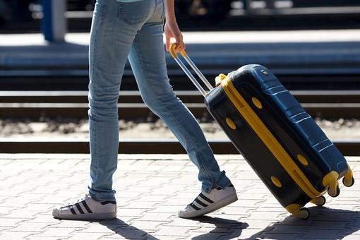 キャリーバッグを持った女性の足元3の写真
