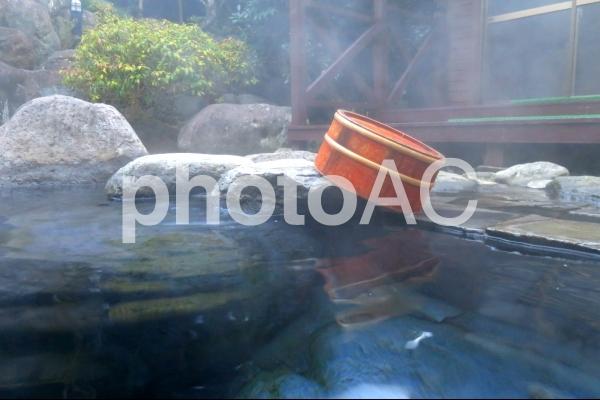 露天風呂と桶の写真