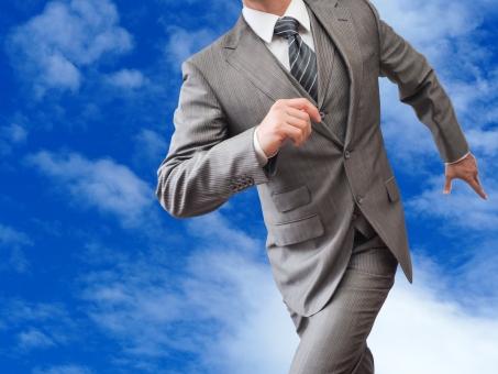 走り出すビジネスマンの写真