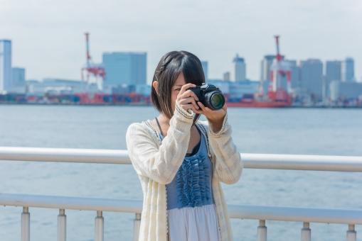港でカメラを構える女性6の写真