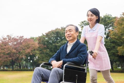 車椅子の男性と介護士23の写真