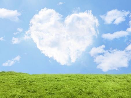 ハートの雲と草原の写真