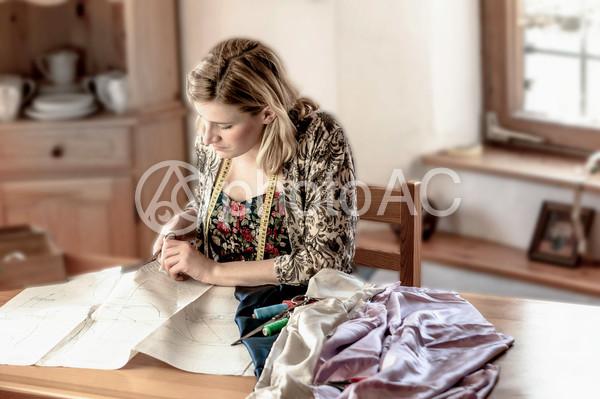 型紙を裁断する白人女性1の写真