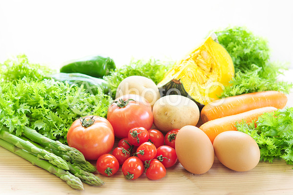 色々な野菜とたまごの写真