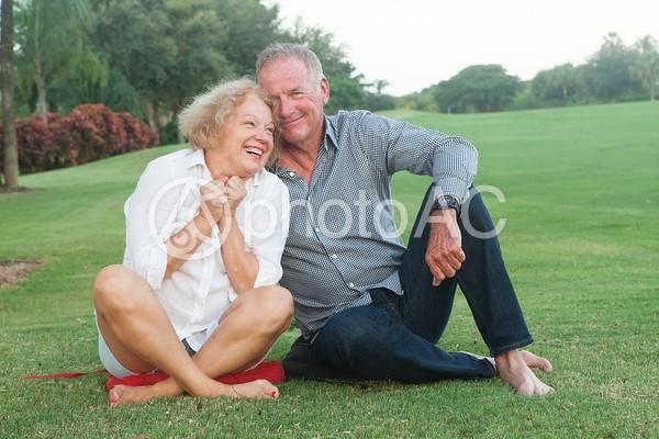 芝の上に座る老夫婦6の写真