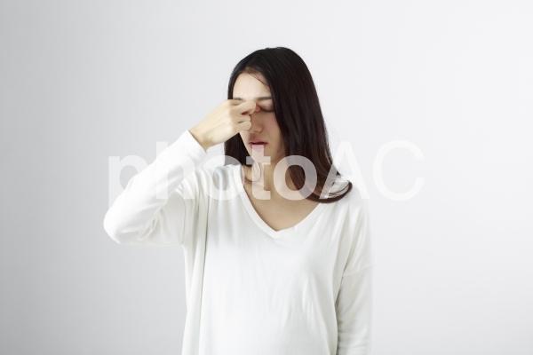 目が疲れている日本女性2の写真