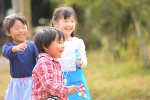 元気に遊ぶ子供たちの写真