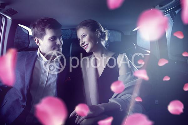ドライブデートをするカップルの写真