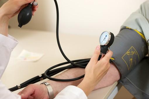 血圧を測る手元1の写真