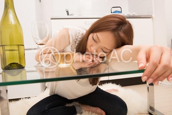 酔って寝てしまう女性1の写真