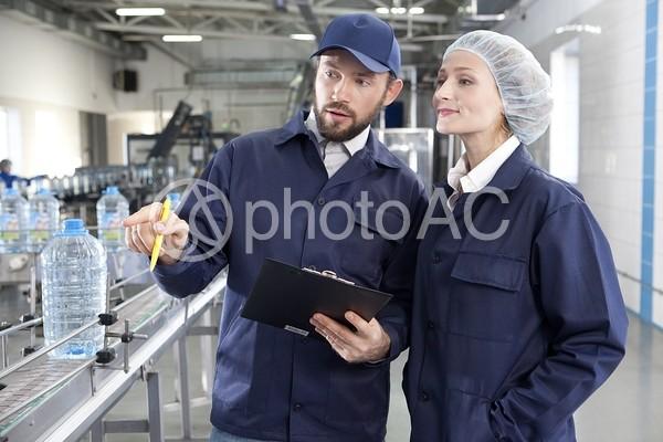 工場内で相談する作業員1の写真