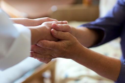 両手で握手する手元3の写真
