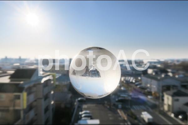 街並みと地球の写真