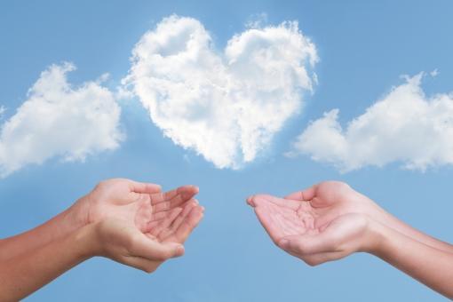 ハート雲と2人の救う手の写真