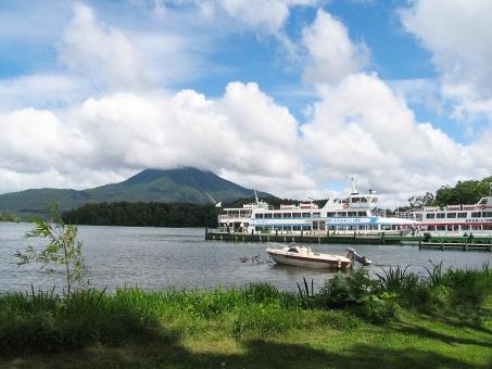 山と湖 そして白い雲の写真
