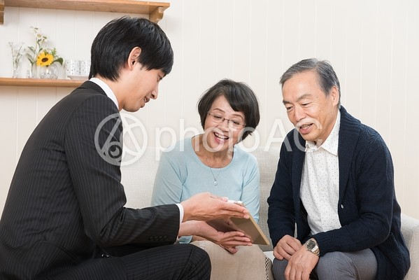 商談成立(シニア夫婦)4の写真