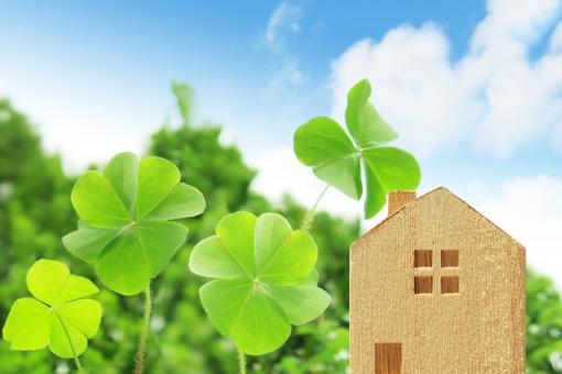 四つ葉のクローバーと家の写真