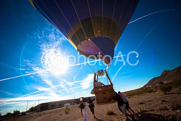 気球を飛ばそうとする人々4の写真