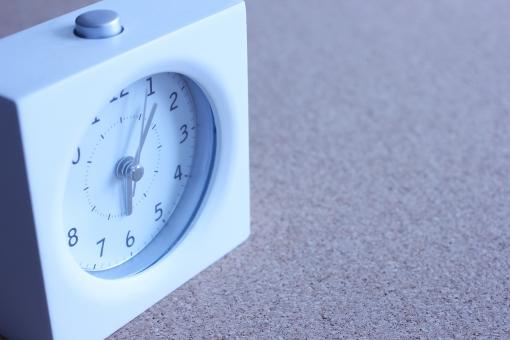モーニングコール 朝 早朝 起床時間 目覚め 目覚まし時計 時計 時間 起きる 朝寝坊 爽やかな朝 モーニング 朝 早出出社 起床する 仕事 会社 二度寝 ビジネス 早起き 寝不足 遅刻 一日の始まり 朝早く 睡眠不足 寝床 朝型人間 寝過ごす 時刻 あさ