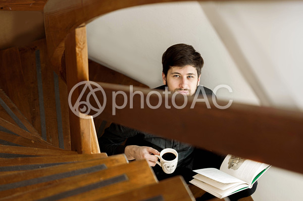 階段で本を読む男性3の写真