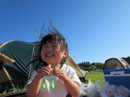 テント キャンプ オートキャンプ キャンプ場 バーベキュー bbq アウトドア 芝生 家族 ファミリー 開放感 リラックス 癒し 女の子 子ども こども シャボン玉 泡 しゃぼん玉 楽しい 笑顔