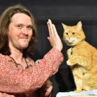 """映画化された""""奇跡の猫""""ボブと、飼い主をインタビュー 「怖いもの知らずの猫」"""