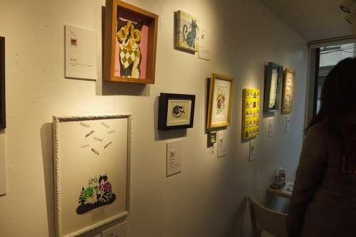 「アートな切手展」には若い女性たちの姿が=東京・代々木のコンテナート